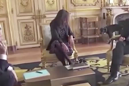 El perro de Macron interrumpe una reunión oficial orinando en una lujosa chimenea