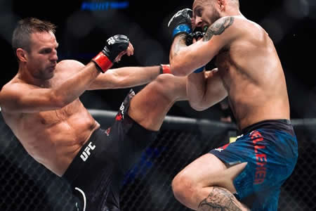 Un luchador de UFC continúa golpeando a su rival noqueado