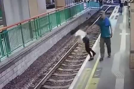 Un hombre empuja a una limpiadora a las vías del tren y sigue su camino como si nada