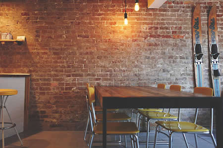 Cámaras de vigilancia 'cazan' a un 'fantasma' moviendo las sillas de un restaurante