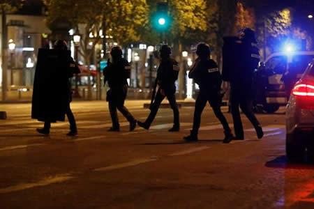 Un policía muere en un tiroteo en los Campos Elíseos de París