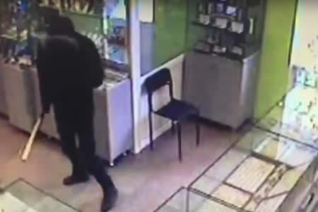 No hay ladrón armado que se resista a un vendedor con un martillo