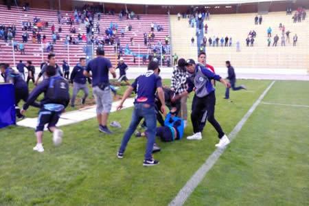 Machado y el delantero Fernández salvan a un hincha orureño