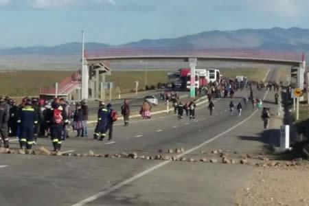 Reportan bloqueo en Panduro en la carretera La Paz-Oruro