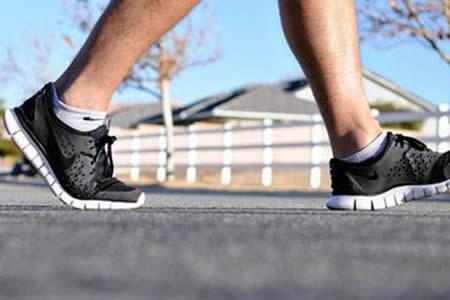 Caminar ayuda a controlar riego sanguíneo al cerebro, según estudio en EEUU