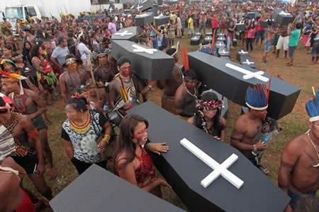 Miles de indios exigen en Brasilia la demarcación de sus tierras