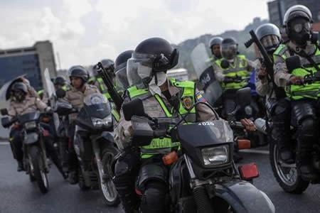 Cerca de 100 policías han sido heridos durante las protestas en Venezuela
