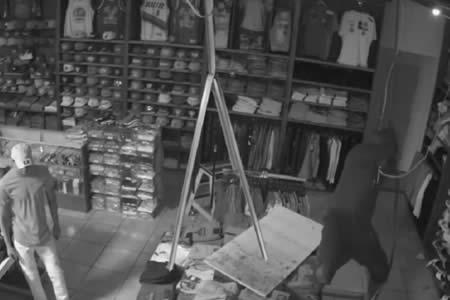 Este ladrón confió en sus limitadas habilidades para trepar y casi queda atrapado en una tienda