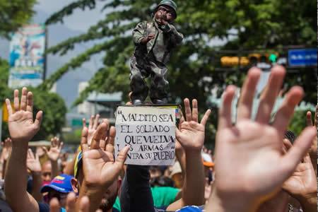 Rinden homenaje a estudiante que murió durante protesta en Caracas