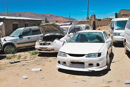 Caen dos jóvenes tras comprar autos chutos con dinero falso en una feria