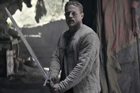 """Charlie Hunnam, de """"Sons of Anarchy"""", encarna al rey Arturo en nuevo filme"""