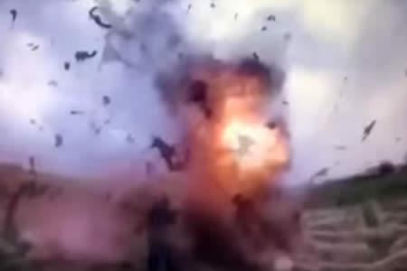 Momento en el que un yihadista del EI se inmola junto a tres policías