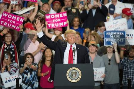 """Trump subraya que ha cumplido """"una promesa tras otra"""" y ataca a la prensa"""