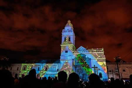 Una multitud invade el centro de Quito ante mágicas imágenes de sus iglesias