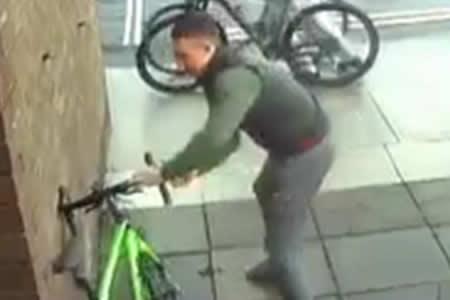 Deja su bicicleta sin vigilancia 15 segundos e intentan robársela