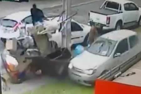 Un auto fuera de control choca cerca de un hombre y su perro