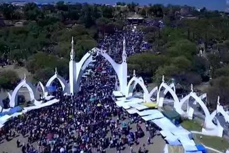 Comienza la entrada folklórica de Urkupiña con presencia de 40.000 danzarines