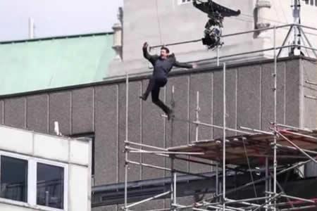 """Tom Cruise resulta herido durante escena acrobática de """"Mission Impossible 6"""""""