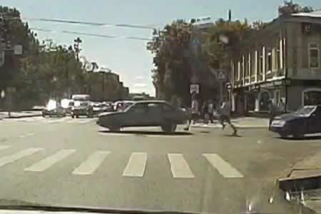 ¡No te vayas sin mí! Un auto 'huye' de dos hombres en Rusia