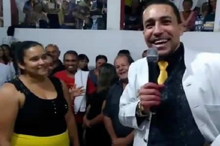 Pastor hace que una mujer pierda 35 kilos en cuestión de minutos