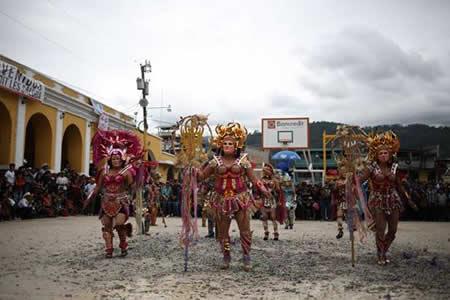 Con un baile de altura los indígenas de Guatemala honran a la Virgen