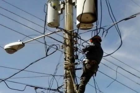 Dos trabajadores de ENDE mueren por caída de un poste