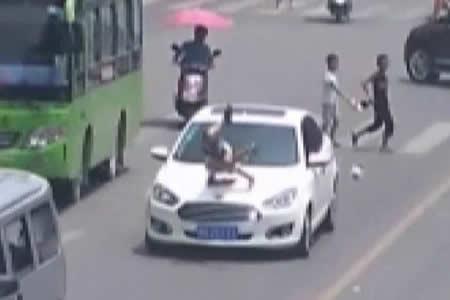 Niño cruza la calle sin mirar y es embestido fuertemente por un auto