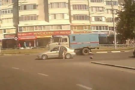 Un bebé cae en marcha de un vehículo