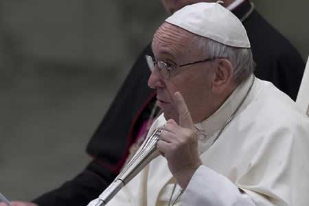 """Papa pide perdón a víctimas sacerdotes pederastas y condena """"monstruosidad"""""""