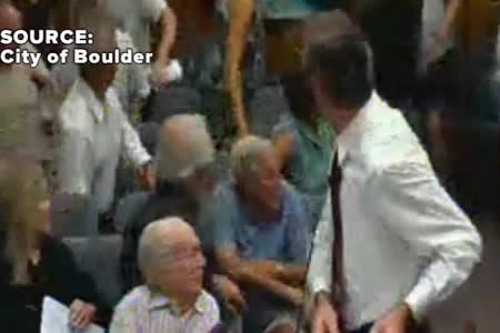 El bolso de una mujer explota y se incendia en plena reunión municipal (y no fue un Samsung)