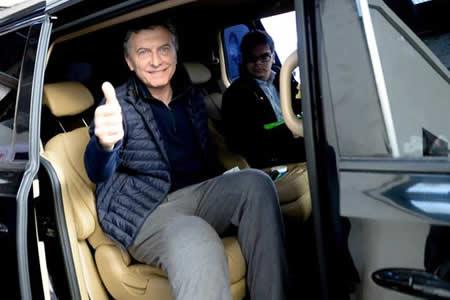 Macri se opera otra vez de su rodilla y continúa con la actividad oficial
