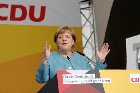 Merkel pide al sector del automóvil denunciar fallos y resarcir a afectados