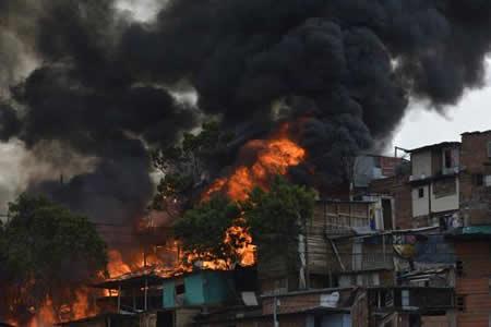 Al menos nueve heridos deja un incendio en barriada popular de Medellín