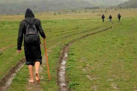 Alemán que caminaba descalzo 2.084 kilómetros a Suiza rompe el récord mundial