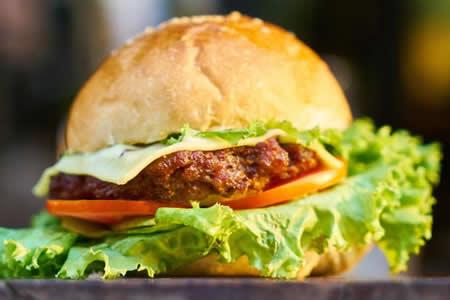 Pide una hamburguesa, la muerde y se lleva una sorpresa muy desagradable