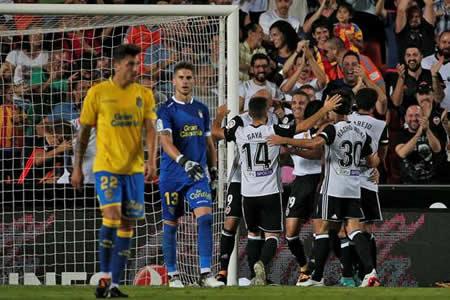 El Valencia supera con claridad a un Las Palmas en inferioridad