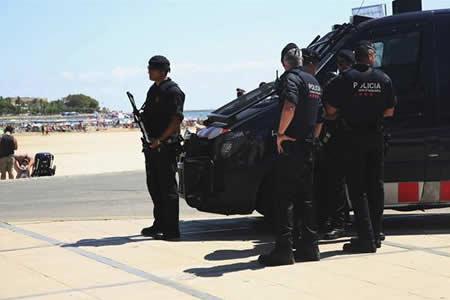España amplia seguridad en zonas turísticas y busca autor atentado Barcelona