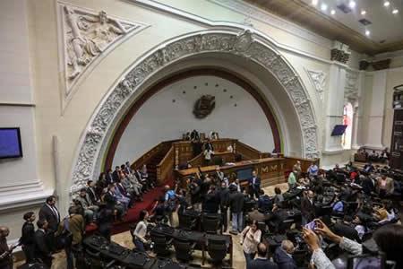 Parlamento venezolano desafía a la Constituyente arropado por 18 embajadores