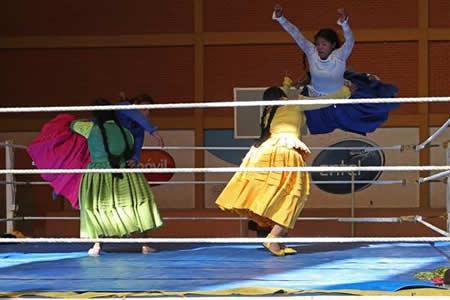"""Las """"cholitas"""" se apoderan del ring y los nevados andinos"""