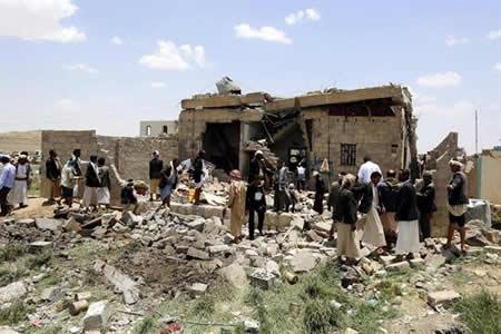 Al menos 54 personas mueren en bombardeos de alianza árabe en capital yemení