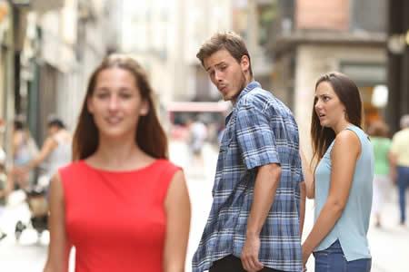 La historia del meme del 'novio distraído': ¿Quién es en realidad la pareja retratada?