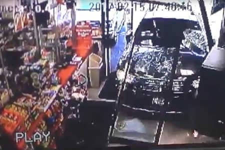 Un todoterreno sin conductor al volante se estrella en una tienda y atropella a un niño en Texas
