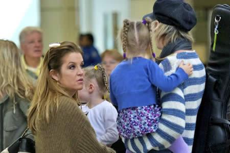 Retiran la custodia de las hijas de Lisa Marie Presley, según medio británico