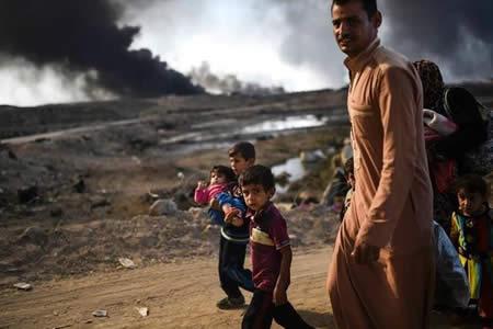 Un hombre quema a su familia y se suicida en Mosul por hambre, según ONG
