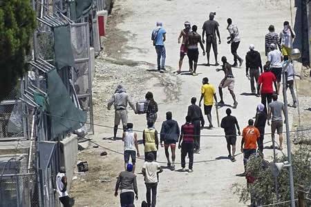 Disturbios con policía en protesta en el campo de refugiados en Lesbos