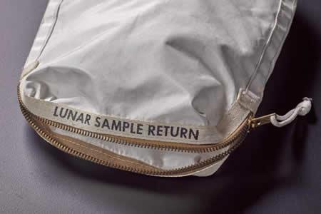 Venden en Nueva York bolsa con polvo de la Luna por 1,8 millones de dólares