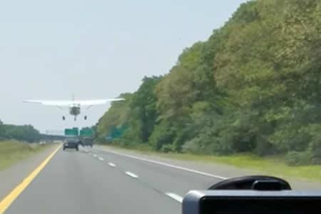 Un avión aterriza de emergencia en medio de una carretera