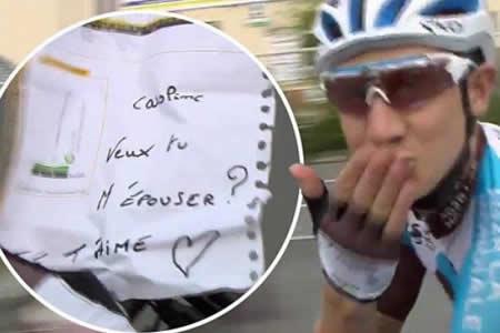 Gautier propone matrimonio a su novia desde el pelotón del Tour