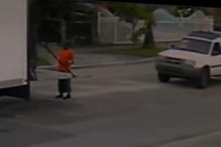 Graban el momento exacto en que un coche parte en dos al conductor de un camión