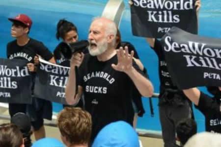 """Arrestan al actor de """"Babe"""" James Cromwell en protesta animalista en SeaWorld"""